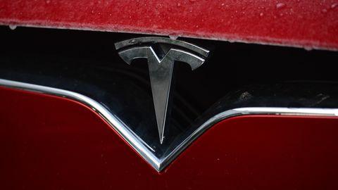Tesla Logo auf einer Motorhaube