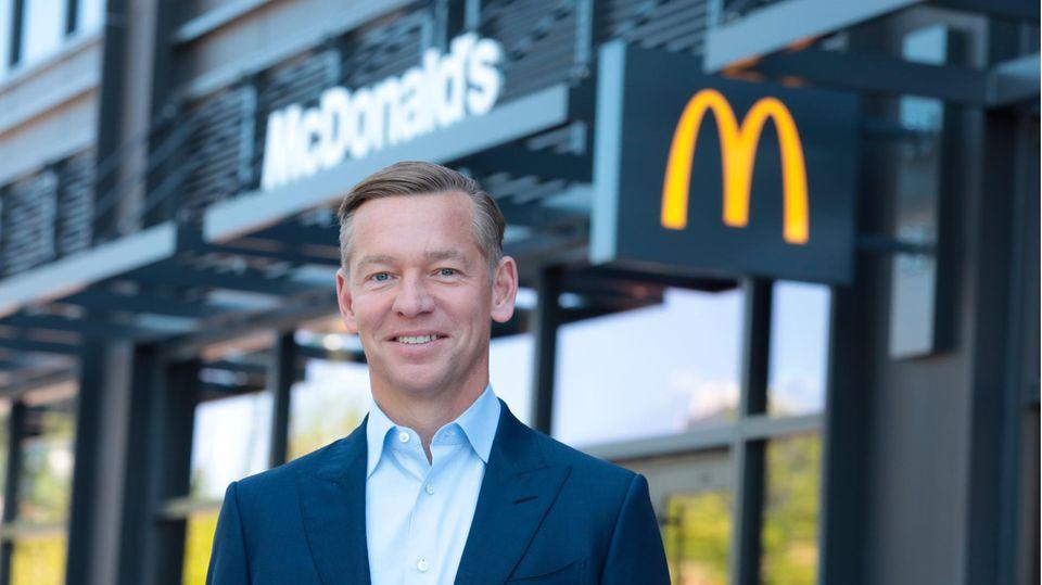 McDonald's CEO Chris Kempczinski steht vor dem McDonald's-Hauptquartier in Chicago
