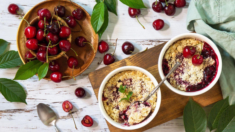 Kirsch-Saison: Rezept für einen Kirsch Crumble mit Haferflocken