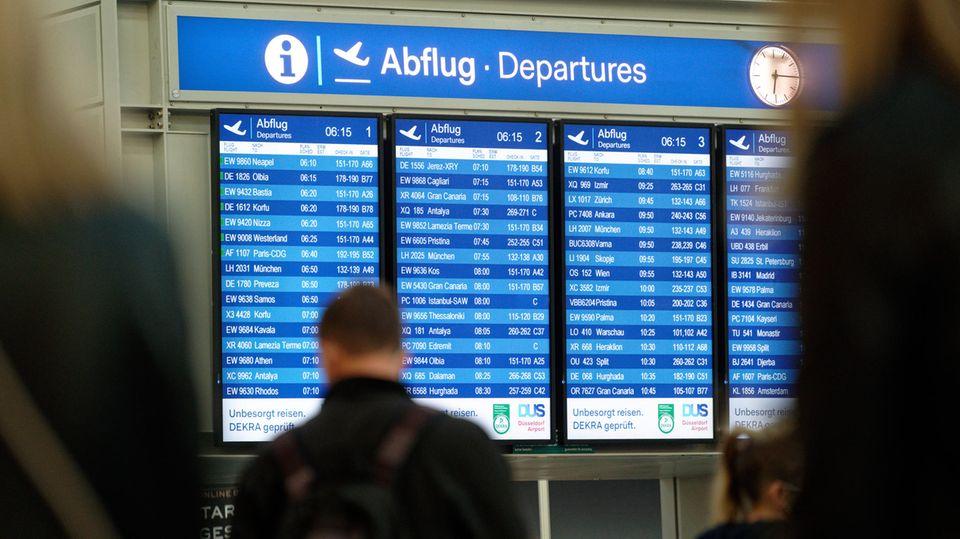 Eine Tafel in der Abflughalle im Flughafen Düsseldorf zeigt eine große Zahl von Flügen
