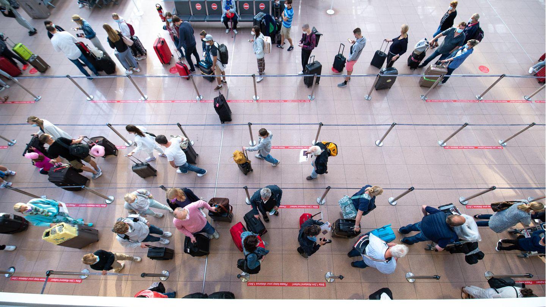 Hamburg: Fluggäste warten in einer langen Schlange vor dem Check-In im Terminal 1