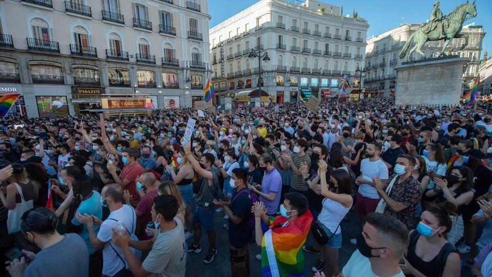 Zahlreiche Menschen nahmen an einer Kundgebung zur Verurteilung der Tötung eines 24-Jährigen in La Coruna teil.
