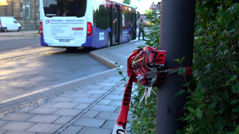 Bayern, Hof: Zusammengeknotetes Absperrband der Polizei hängt an einem Pfahl an einer Bushaltestelle in Hof