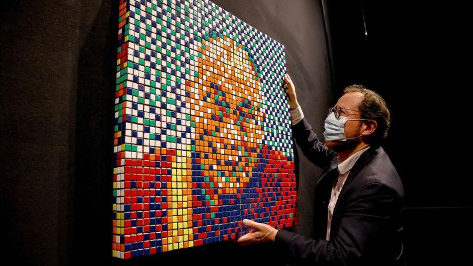Dalai Lama aus Zauberwürfeln für über 450.000 Euro in Paris versteigert.