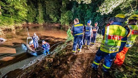 Rettungskräfte sichern einen Teich bei Fröndenberg dessen Deich durch sintflutartige Regenfällen aufgeweicht wurde
