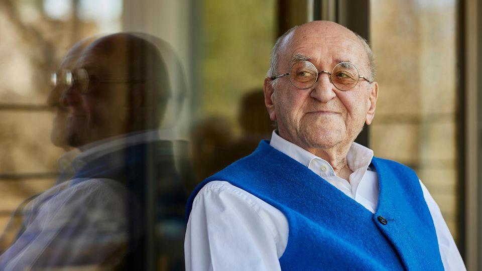 Biolek kurz vor seinem 87. Geburtstag auf seinem Balkon, von wo er auf den Kölner Fernsehturm sieht