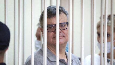 Belarus, Minsk: Viktor Babariko, Oppositioneller in Belarus, steht in einem Käfig in einem Gerichtssaal