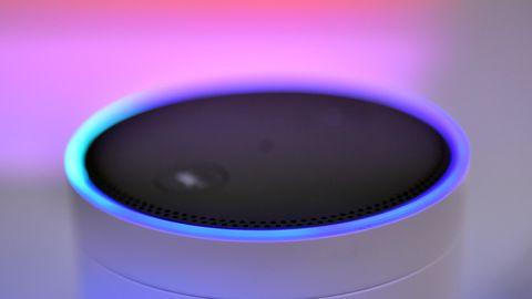Der Alexa genannte Amazon-Lautsprecher leuchtet in verschiedenen Farben