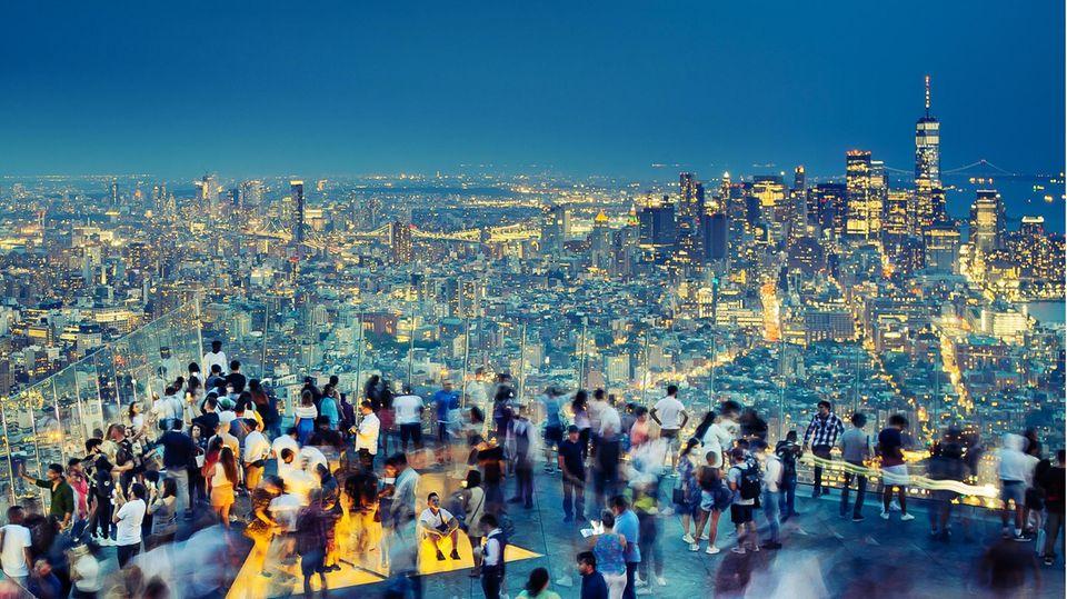 """Abendstimmung auf """"Edge"""", mit 335 Meter Höhe eine der höchstgelegenen Aussichtsterrassen der westlichen Hemisphäre. Von hier aus überblickt man ganz New York, vom Central Park im Norden bis zur Freiheitsstatue an der Südspitze Manhattans"""