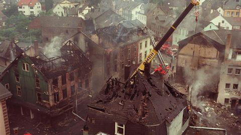 Blick auf die zerstörten Häuser in Herborn, wo ein mit 32000 Litern beladener Tanklastzug in eine Eisdiele gerast war.