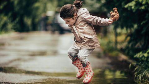 Mädchen sprint in Pfütze