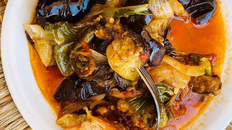 Aubergineneintopf      Zutaten:  große Auberginen, Salz, 6 vorwiegend festkochende Kartoffeln, 4 Tomaten, 5 Schalotten, 2 Knoblauchzehen, 2 Stängel glatte Petersilie, 2 Stängel Dill, 2 Stängel Basilikum, 10 EL Olivenöl, 2 ELTomatenmark, Pfeffer      Zubereitung:  Die Auberginen putzen, waschen und in mundgerechte Stücke schneiden. Dann in einer Schüssel mit ½ TL Salz mischen und20 Min. ziehen lassen. Inzwischen die Kartoffeln schälen, waschen und ebenfalls in mundgerechte Stücke schneiden. Die Tomaten waschen und in kleine Stücke schneiden, dabei die Stielansätze entfernen. Die Schalotten schälen und vierteln. Den Knoblauch schälen und fein würfeln. Die Kräuter waschen und trocken schütteln, die Blätter bzw. die Spitzen (Dill) abzupfen und fein hacken. Das Olivenöl in einer Pfanne erhitzen und die Schalotten darin andünsten. Tomatenmark, Schalotten, Knoblauch und Kräuter kurz mitdünsten. Kartoffeln, Auberginen und Tomaten dazugeben, mit Salz und Pfeffer würzen. So viel Wasser hinzufügen, dass das Gemüse bedeckt ist, und alles zugedeckt unter gelegentlichem Rühren in ca. 40 Min. weich köcheln. Falls nötig, noch etwas Wasser hinzufügen.