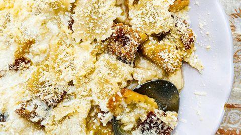 Nudeln auf kretische Art      Zutaten:  Für den Teig:400 g Mehl, Salz, 4 EL Olivenöl  Außerdem: Mehl zum Arbeiten, Salz, 8 EL Olivenöl zum Braten, 300 g Hartkäse (z. B. Kefalotyri; ersatzweise Pecorino oder Parmesan)      Zubereitung:  Das Mehl in einer großen Schüssel mit1Prise Salz mischen. In die Mitte eine Mulde drücken, das Olivenöl und100 mlWasser hineingießen. Alles mit den Händen zu einem glatten Teig verkneten, dabei nach und nach ca. 100 mlWasser hinzufügen. Den Teig zu einer Kugel formen und mit Frischhaltefolie bedeckt ca. 20 Min. ruhen lassen. Die Arbeitsplatte mit etwas Mehl bestreuen. Den Teig halbieren und die Hälften nacheinander in ca. 2 mm dünne Rechtecke ausrollen. Die Teigplatten mit einem scharfen Messer oder einem Teigrädchen zuerst längs, dann quer in ca. 2,5 cm breite Streifen schneiden, sodass2,5×2,5 cm große Quadrate entstehen. Die Nudeln mit etwas Mehl bestreuen und, falls nötig, in Form zupfen, damit sie nicht zusammenkleben. In einem großen Topf reichlich Salzwasser zum Kochen bringen. Das Olivenöl in einer Pfanne erhitzen. Eine Hälfte der Nudeln im Salzwasser in ca. 3 Min. sehr bissfest kochen. Die restliche Hälfte im Öl goldbraun braten, dabei zwischendurch wenden. Die gekochten Nudeln in ein Sieb abgießen, dabei ca. 100 ml Kochwasser auffangen. Die Nudeln mit dem Kochwasser zu den gebratenen Nudeln geben und alles3–4 Min. köcheln lassen. Den Käse fein reiben. Die Magiri in tiefe Teller verteilen, etwas Sud darübergießen und mit Käse bestreuen.
