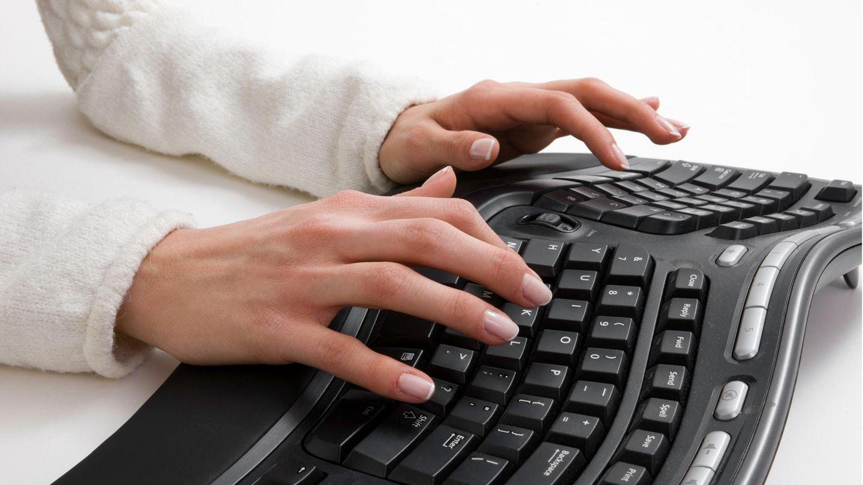 Ergonomische Tastatur: Eine Frau tippt an einer ergonomischen Tastatur.
