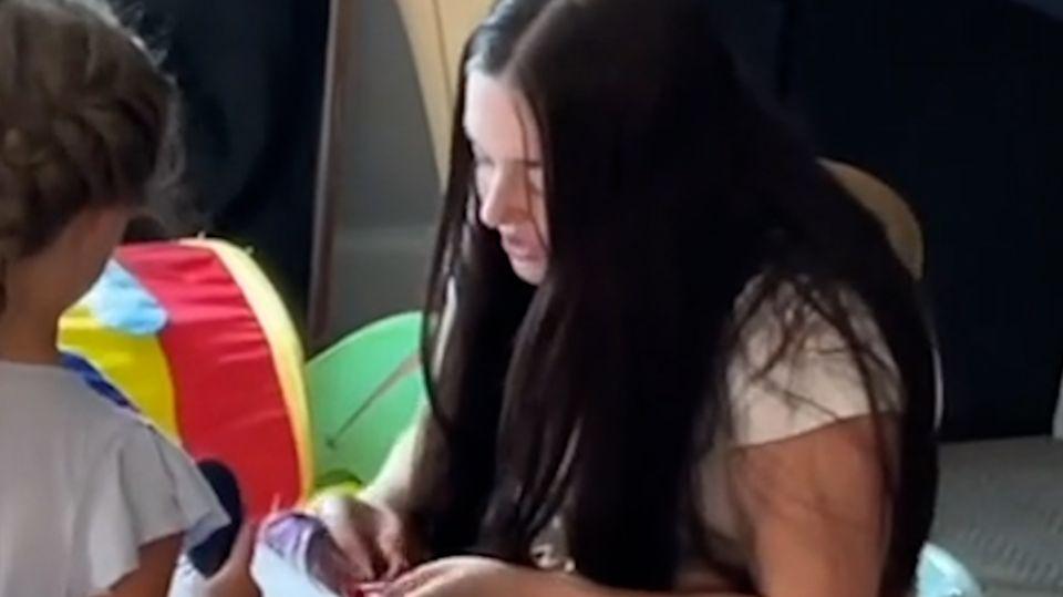 Heimlich beim Singen gefilmt: Babysitterin ist jetzt ein Star auf Tiktok