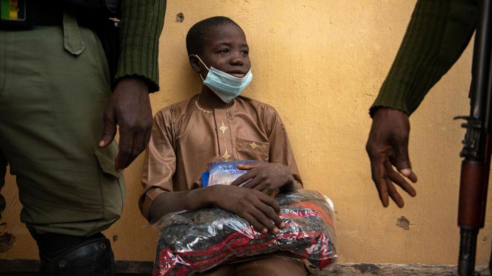 Bald wird er seine Eltern wiedersehen. Im Dezember wurde der Junge mit über 300 anderen Schülern aus einem Internat gekidnappt. Nigerianische Soldaten befreiten ihn aus einem Lager im Busch