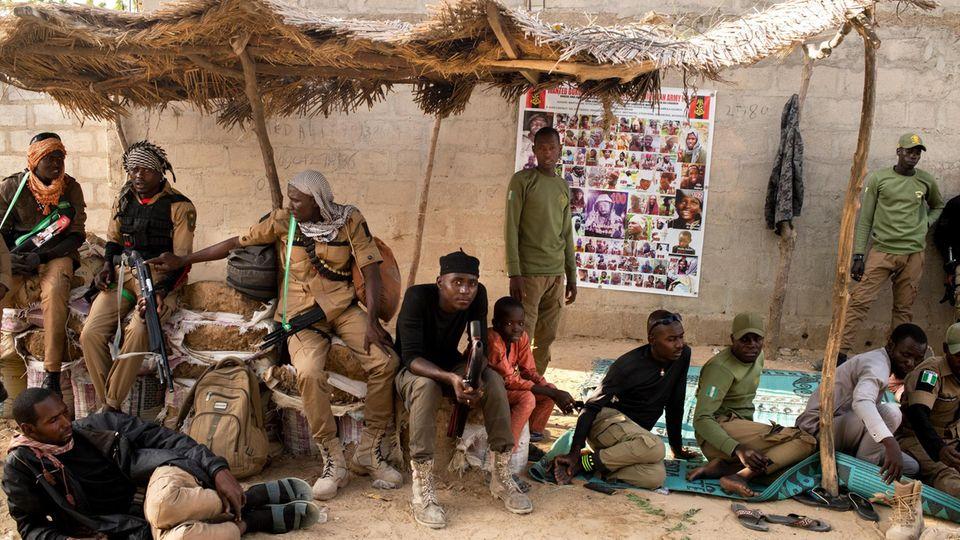 Jäger warten vor dem Haus des Emirs. Ihr Wissen über den Busch nutzt Nigerias Armee bei der Jagd nach den Islamisten