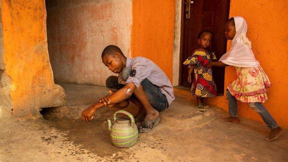 Mohammeds Eltern wurden bei einem Angriff auf sein Dorf ermordet. Mit seinen drei Brüdern besucht er die Future Prowess School