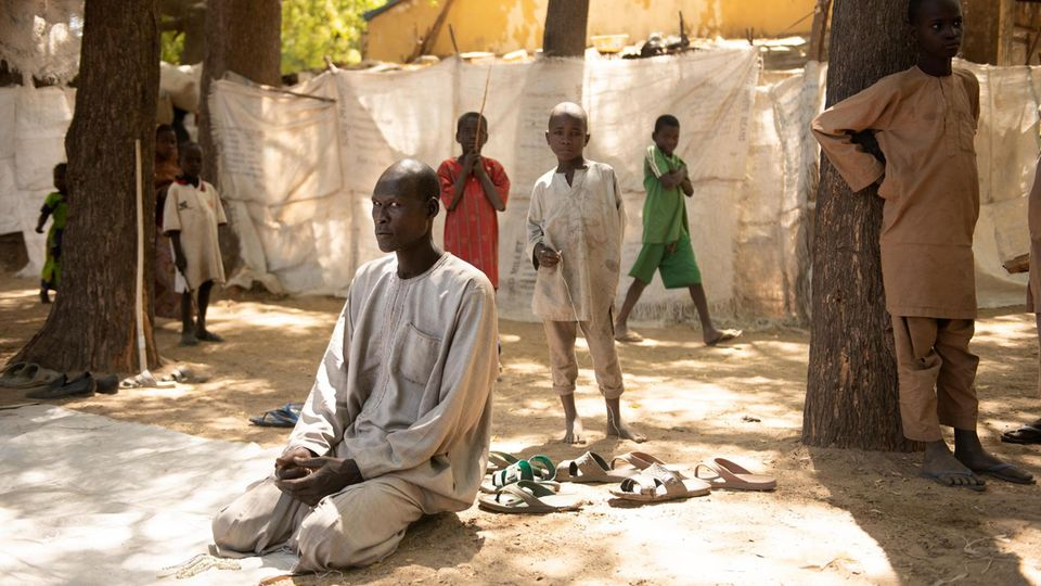 Im Lager für Vertriebene in Bama bereitet sich ein Mann auf das Freitagsgebet vor. 40.000 Menschen sind vor Gewalt und Terror hierher geflohen