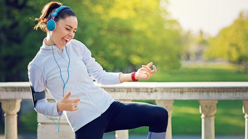 Läuferin tanzt zu Musik