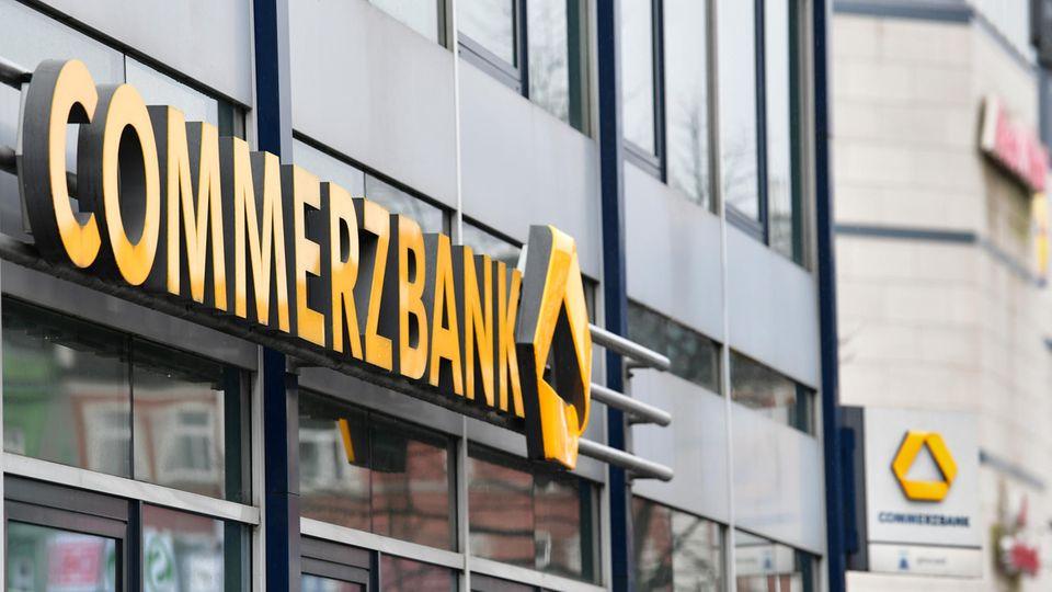 """Der gelbe Schriftzug """"Commerzbank"""" an der Außenfassade einer Bankfiliale"""