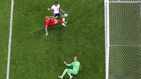 Er musste dahin gehen, volles Risiko. Wäre Dänemarks Kapitän Simon Kjaer nicht in den Ball gelaufen, der scharf von Bukayo Saka hereingeben gegeben wurde, dann hätte eben Raheem Sterling den Ausgleich für die Engländer im EM-Halbfinaleerzielt. Das ist Berufsrisiko. Es das zehnte Eigentor der EM - das ist Rekord.