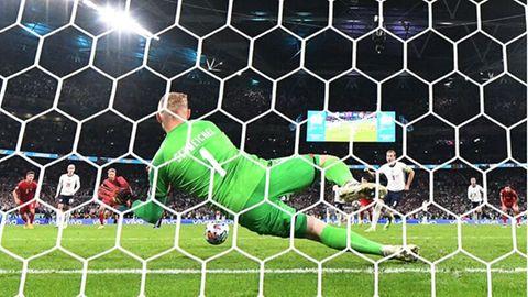Dänemarks Torhüter Kasper Schmeichel wehrt einen Elfmeter von Englands Stürmer Harry Kane ab