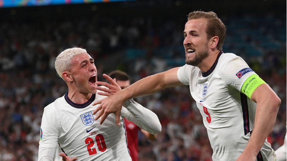 Englands Harry Kane feiert den zweiten Treffer seiner Mannschaft mit Phil Foden