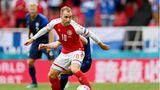 Christian Eriksen von Dänemark spielt den Ball