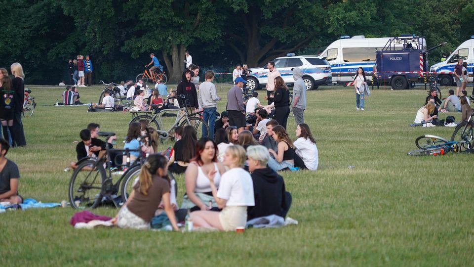 Junge Menschen feiern im Hamburger Stadtpark