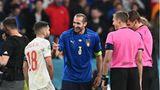 Chiellini scherzt mit Spaniens Verteidiger Jordi Alba vor dem Elfmeterschießen während des Halbfinalspiels