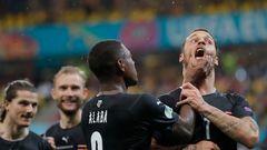 Österreichs Kapitän David Alaba packt Arnautovic nach seinem Treffer gegen Nordmazedonien am Kinn