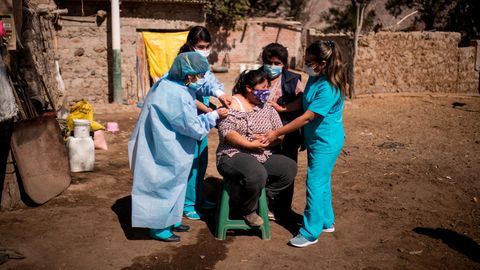 Peru Lambda Coronavirus: Eine Frau wird geimpft