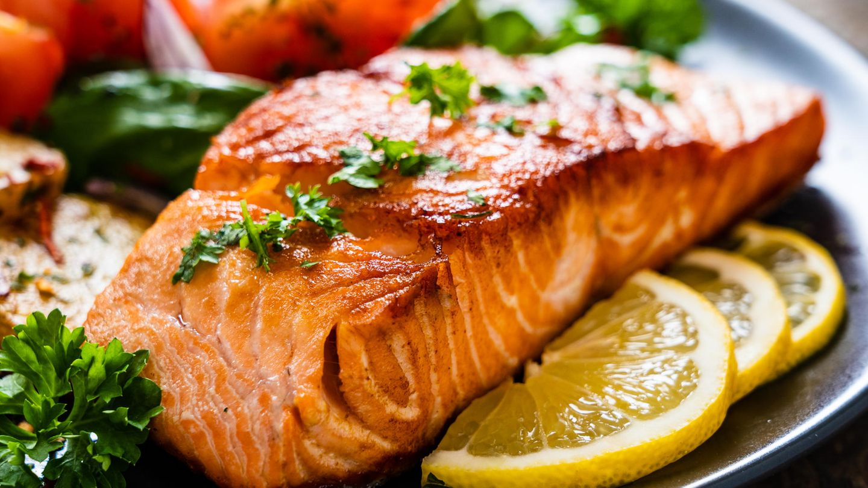 Fettreicher Fisch wie Lachs könnte Migräneattacken verkürzen