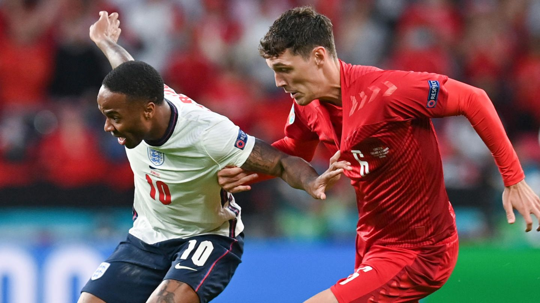Englands Raheem Sterling (l) und Dänemarks Andreas Christensen kämpfen um den Ball.