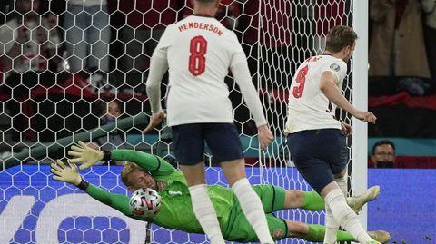 Den ersten Versuch von Kane hält der dänische Keeper Schmeichel noch, erst der Nachschuss landet im Netz