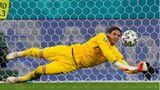 Yann Sommer rettet den Ball während des Viertelfinalspiels zwischen der Schweiz und Spanien