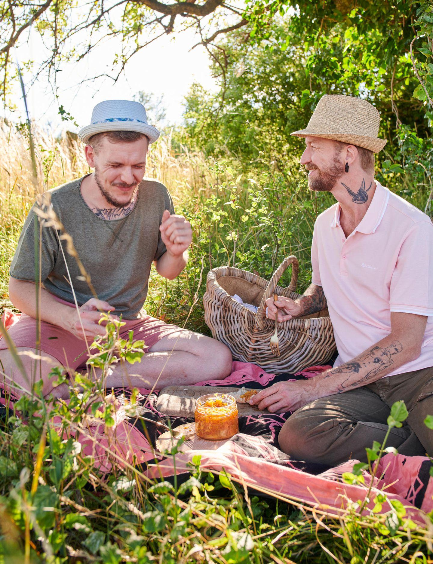 Marcel Kruse und Geru Pulsinger auf einer Picknickdecke