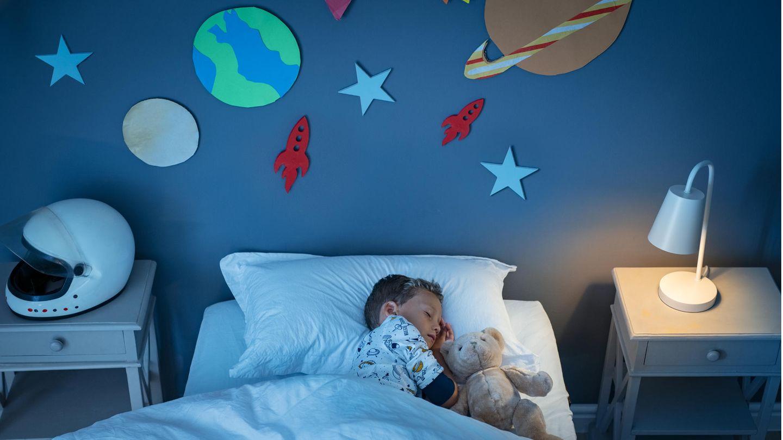 Ein Kind schläft in seinem Bett