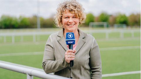 WDR-Journalistin Julia Metzner lächelt in die Kamera