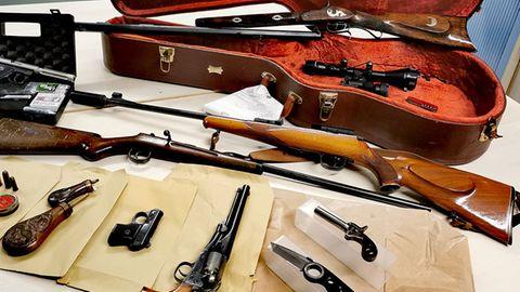 Die Kölner Polizei veröffentlichte ein Foto der sichergestellten Waffen