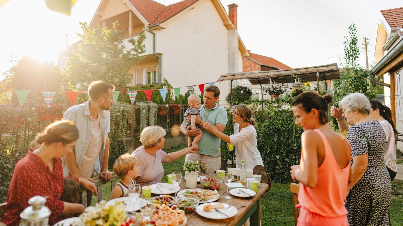Familie bei einem Fest im Garten