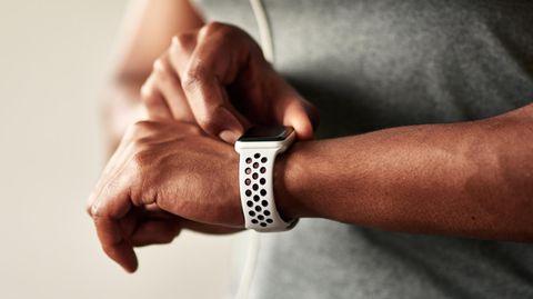 Corona Herz Wearable: Ein Mann mit einer Smartwatch
