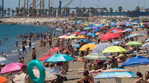 Menschen verbringen in Malaga Zeit am Strand Malagueta an einem heißen Sommertag