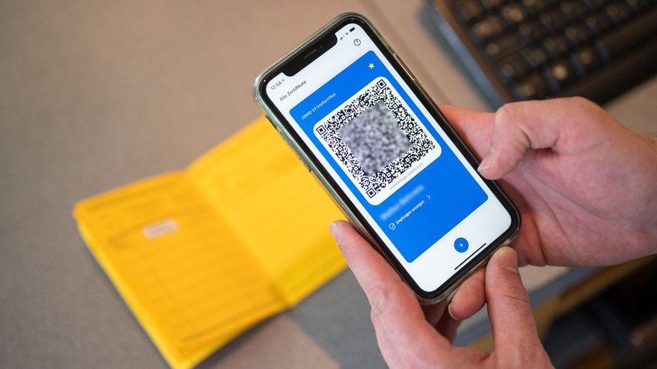 Ein Smartphone zeigt den QR Code eines digitalen Impfausweises