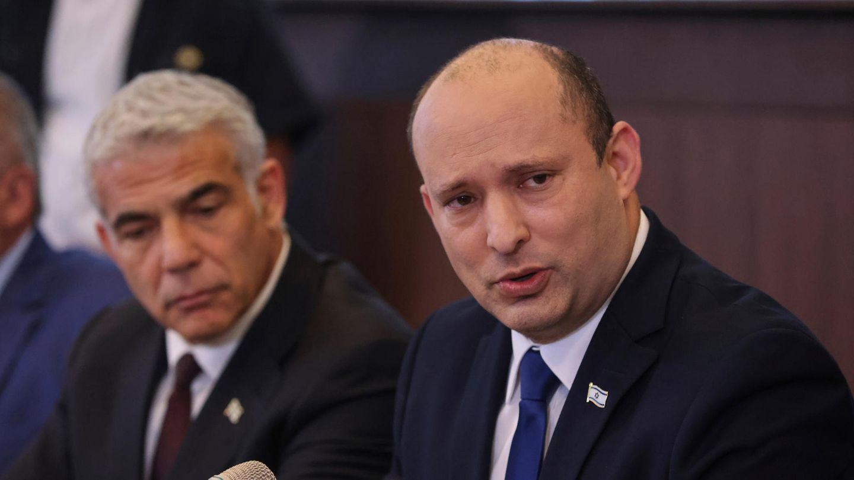 Naftali Bennett, rechts, spricht in ein Mikrofon. Links auf dem Foto ist Außenminister Jair Lapid.
