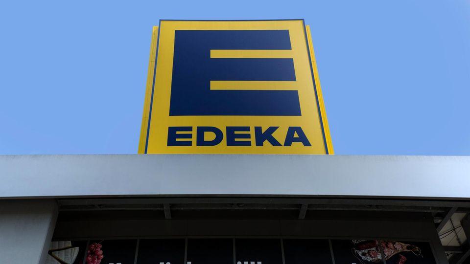 """Ein """"Edeka""""-Schild über einem Supermarkt"""