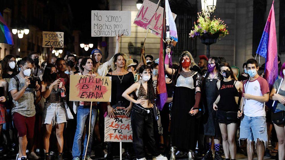 Demonstranten nehmen in Barcelona an einem Protest gegen LGTBI-Phobie und Repressionen der spanischen Regierung teil