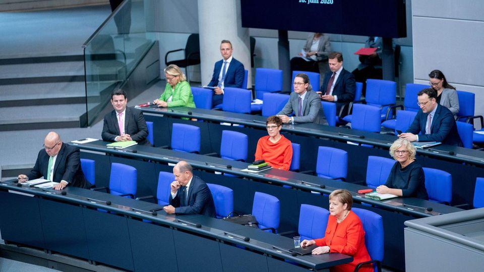 Bundeskanzlerin Angela Merkel  mit einigen ihrer Ministerinnen und Minister auf der Regierungsbank im Deutschen Bundestag