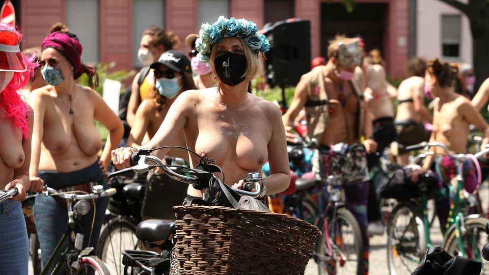 Frauen nehmen oben-ohne an einer Protestaktion teil